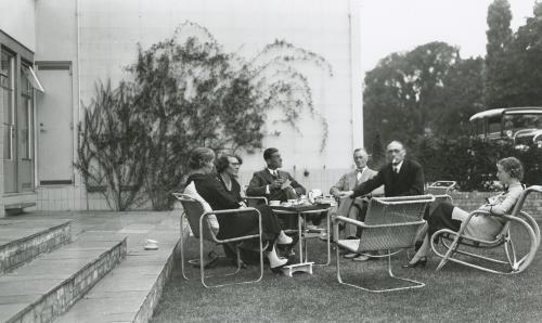 Familie Sonneveld en gasten in de achtertuin. Collectie Het Nieuwe Instituut, bruikleen BIHS