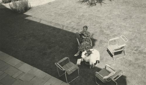 Mevrouw Sonneveld lezend in de achtertuin. Collectie Het Nieuwe Instituut. Bruikleen BIHS