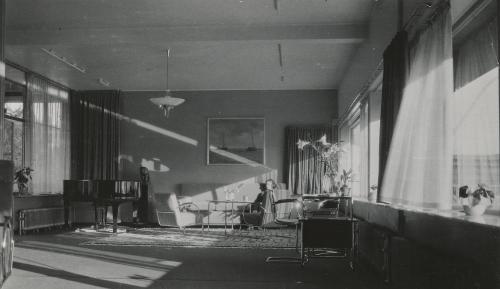 Binnenvallend licht in de zitkamer. Collectie Het Nieuwe Instituut. Bruikleen BIHS