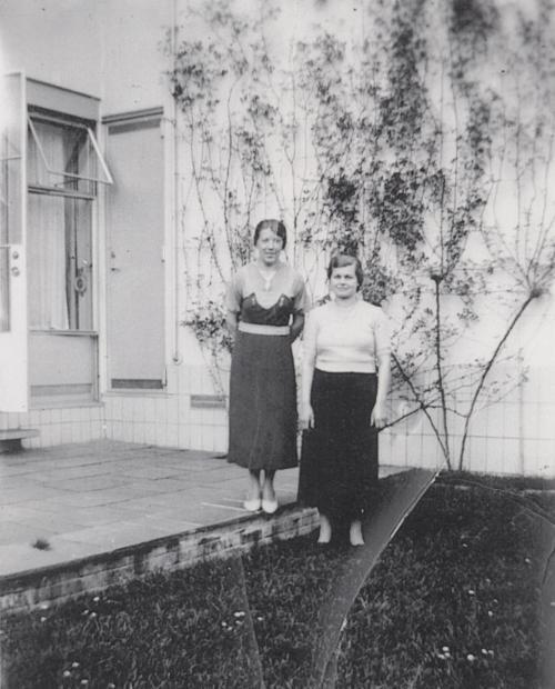 De dienstmeisjes Jeanne Schreuder en Josephine Müller. Collectie Het Nieuwe Instituut. Bruikleen BIHS