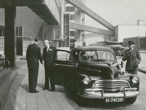 Meneer Sonneveld arriveert bij de Van Nellefabriek, waar hij een van de directeuren was. Collectie Het Nieuwe Instituut. Bruikleen BIHS