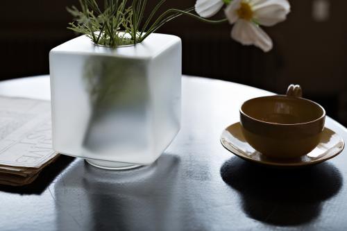 Kubusvaas op het tafeltje in de zitkamer. Foto: Johannes Schwartz
