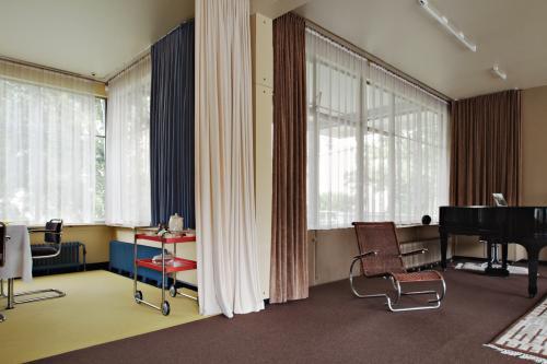 Interieur Huis Sonneveld, met rieten stoel van Erich Dieckmann, voormalig student aan het Bauhaus