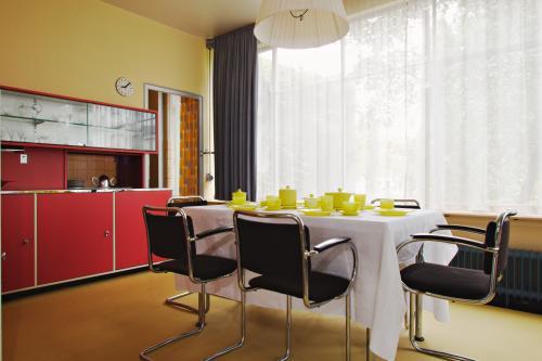 Kleuren van Van der Leck in de eetkamer: rood, geel, blauw. Foto Johannes Schwartz