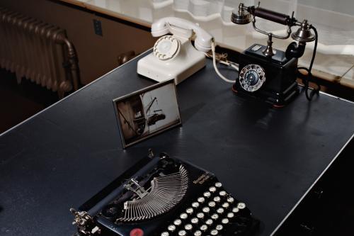 Telefoons in de bibliotheek en de slaapkamer. Foto's Johannes Schwartz