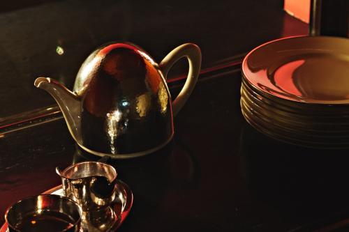 Theepot en borden. Foto Johannes Schwartz