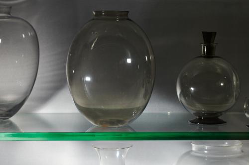 Glaswerk van A.D. Copier in de vitrine in de eetkamer. Foto Johannes Schwartz