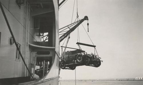 De auto gaat mee op een van de vele reizen die de familie Sonneveld maakte. Collectie Het Nieuwe Instituut. Bruikleen BIHS