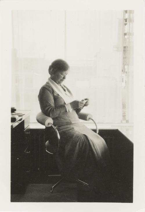 Mevrouw Sonneveld lezend in de studio. Collectie Het Nieuwe Instituut. Bruikleen BIHS