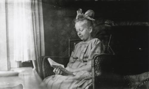 Een van de dochters in het oude huis aan de Heemraadssingel. Collectie Het Nieuwe Instituut. Bruikleen BIHS