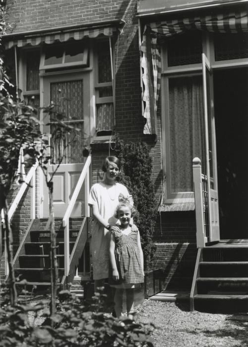 Dochters Puck en Gé voor het oude huis aan de Heemraadsingel. Collectie Het Nieuwe Instituut. Bruikleen BIHS