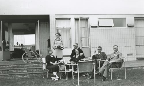 Verschillende modellen tuinmeubilair in de achtertuin van de Sonnevelds. Collectie Het Nieuwe Instituut. Bruikleen BIHS