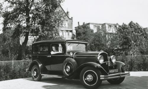 De auto van de Sonnevelds op de oprit voor de garage. Plymouth de Luxe, jaren dertig. Collectie Het Nieuwe Instituut. Bruikleen BIHS