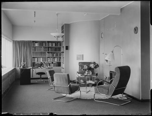 Vazen in de bibliotheek en zitkamer. Collectie Het Nieuwe Instituut. Verzameling glasnegatieven