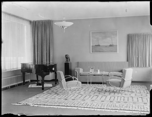 Zitkamer Huis Sonneveld, met het beeldje van John Raedecker. Collectie Het Nieuwe Instituut. Verzameling glasnegatieven.
