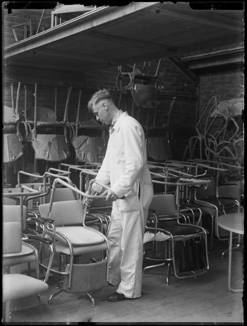 Achterpootloze stoel in de fabriek van Gispen. Collectie Het Nieuwe Instituut. Verzameling glasnegatieven