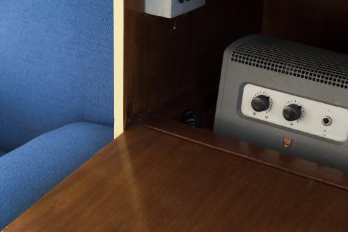 De geluidsinstallatie, verborgen in het zitmeubel in de studio. Foto Petra van der Ree