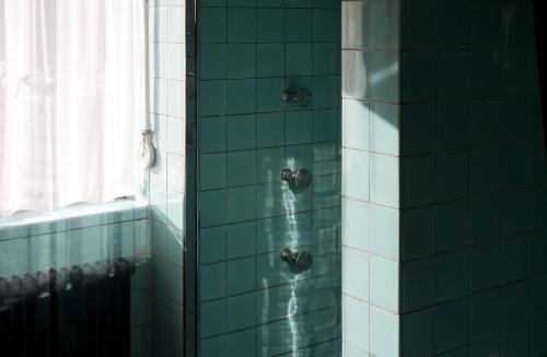 Douchekoppen in de badkamer. Foto Petra van der Ree