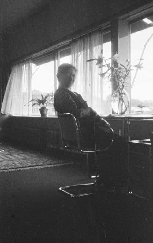 Mevrouw Sonneveld aan haar bureau. Collectie Het Nieuwe Instituut. Bruikleen BIHS
