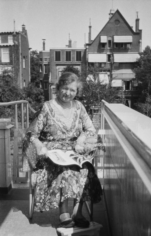 Mevrouw Sonneveld met een tijdschrift op het balkon. Collectie Het Nieuwe Instituut. Bruikleen BIHS