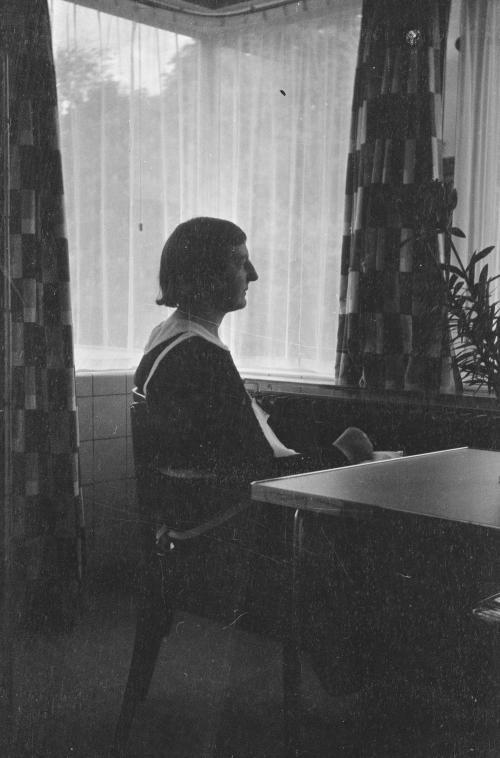 Een van de dienstmeisjes in de keuken. Collectie Het Nieuwe Instituut. Bruikleen BIHS.