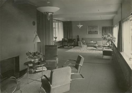 Vazen in de bibliotheek en zitkamer. Foto Piet Zwart. Collectie Het Nieuwe Instituut. © Piet Zwart / Nederlands Fotomuseum