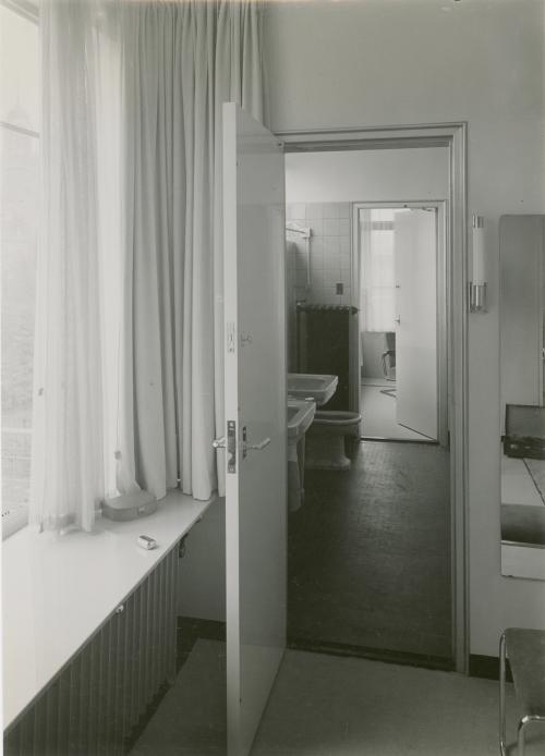 De gezamenlijke badkamer van Puck en Ge, gelegen tussen de kamers van de meisjes. Foto Piet Zwart. Collectie Het Nieuwe Instituut. © Piet Zwart / Nederlands Fotomuseum
